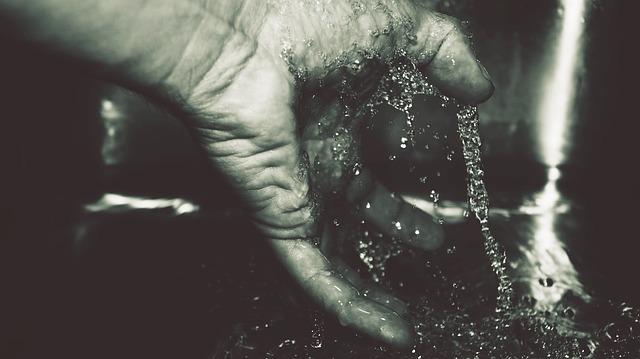 tekoucí voda na ruku