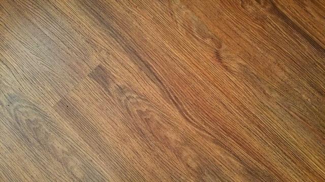 dřevěná prkna na podlaze – tmavší