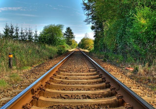 železniční dráha v krásném prostředí přírody