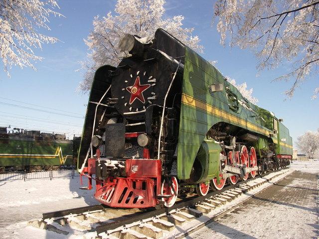 lokomotiva táhnoucí vagóny na dráze